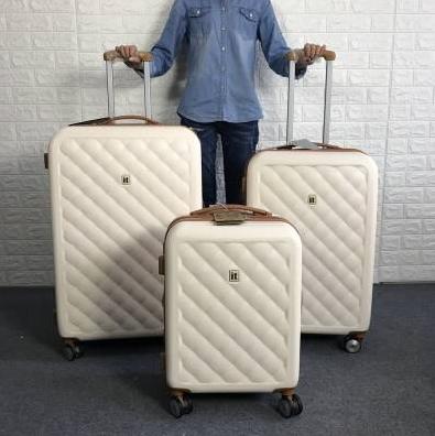挑选好的行李箱